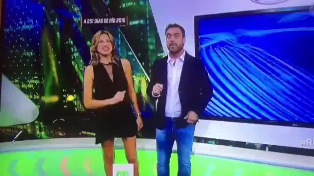Una presentadora muestra las bragas en directo de forma involuntaria
