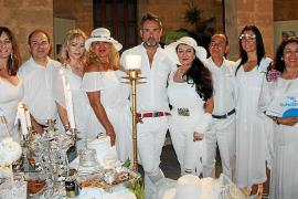 Cena en Blanco con mensaje solidario