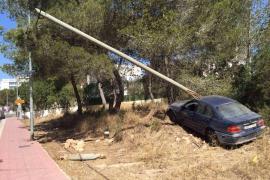 Un coche sufre un accidente en Sant Antoni e impacta contra una piedra que hiere a una transeúnte