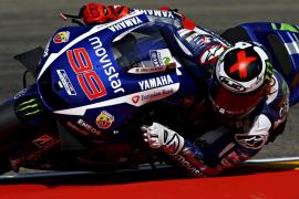 Dovizioso domina en MotoGP; Lorenzo saldrá décimo