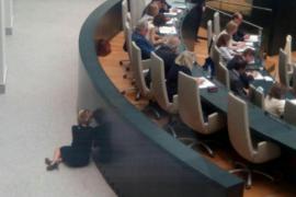 Esperanza Aguirre, escondida hablando por el móvil durante un pleno