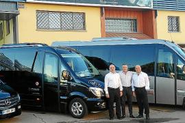 Autovidal entregó dos vehículos a la empresa Autocares Marqués