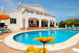 El precio del alquiler vacacional en la playa varía entre los 690 euros semanales en Menorca y los 2.065 en Ibiza