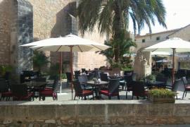 El PI de Santanyí denuncia el aumento de mesas y sillas en la Plaça del Roser