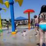 Indignación en las redes sociales con una niñera que colocó a un bebé bajo un potente chorro de agua