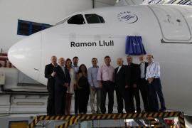 Javier Salinas bautiza el 'Ramon Llull' de Air Europa