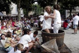 Binissalem celebra el concurso 'trepitjar raïm' por las Festes de Vermar