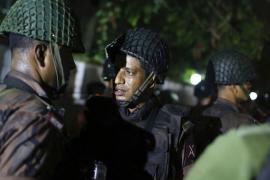 Un grupo armado ataca un restaurante del barrio diplomático de Dacca y toma 20 rehenes