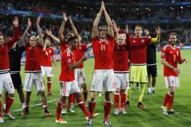 Gales da la sorpresa y se clasifica para semifinales