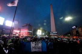 Cientos de argentinos se manifiestan en Buenos Aires para pedir a Messi que no abandone la selección