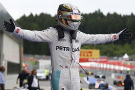 Hamilton gana en Austria tras un 'choque' con Rosberg