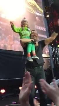 Bruce Springsteen canta con una niña de cuatro años en su concierto de Oslo