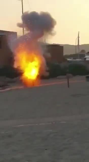 La Guardia Civil explosiona una bengala en la Playa del Oratorio
