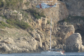 Espectacular rescate en helicóptero del capitán de un velero en Andratx