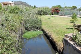 El mal estado y los olores del torrente que cruza Cala Bona provoca quejas vecinales