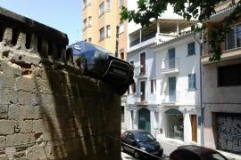 Un vehículo queda 'colgado' a varios metros desde la Plaça de l'Hospital