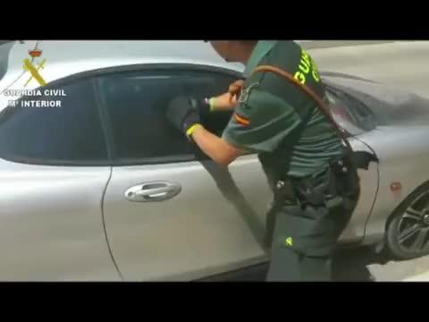 Rescatan a una perra encerrada en un coche a pleno sol