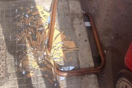 Cristal roto en la acera