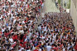 Los mozos cantan a San Fermín en la cuesta de Santo Domingo.