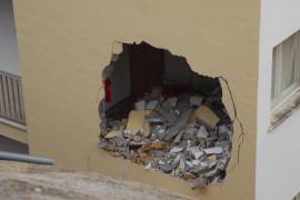 Precintan una docena de pisos de Costa de la Calma tras el derrumbe de un talud