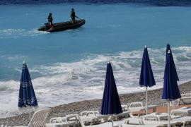 Soldados armados patrullan desde el mar la playa de Niza