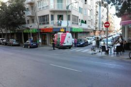Una furgoneta choca contra una señal de tráfico en Palma