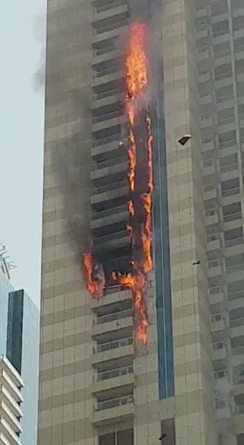 Aparatoso incendio en un rascacielos de lujo en Dubai
