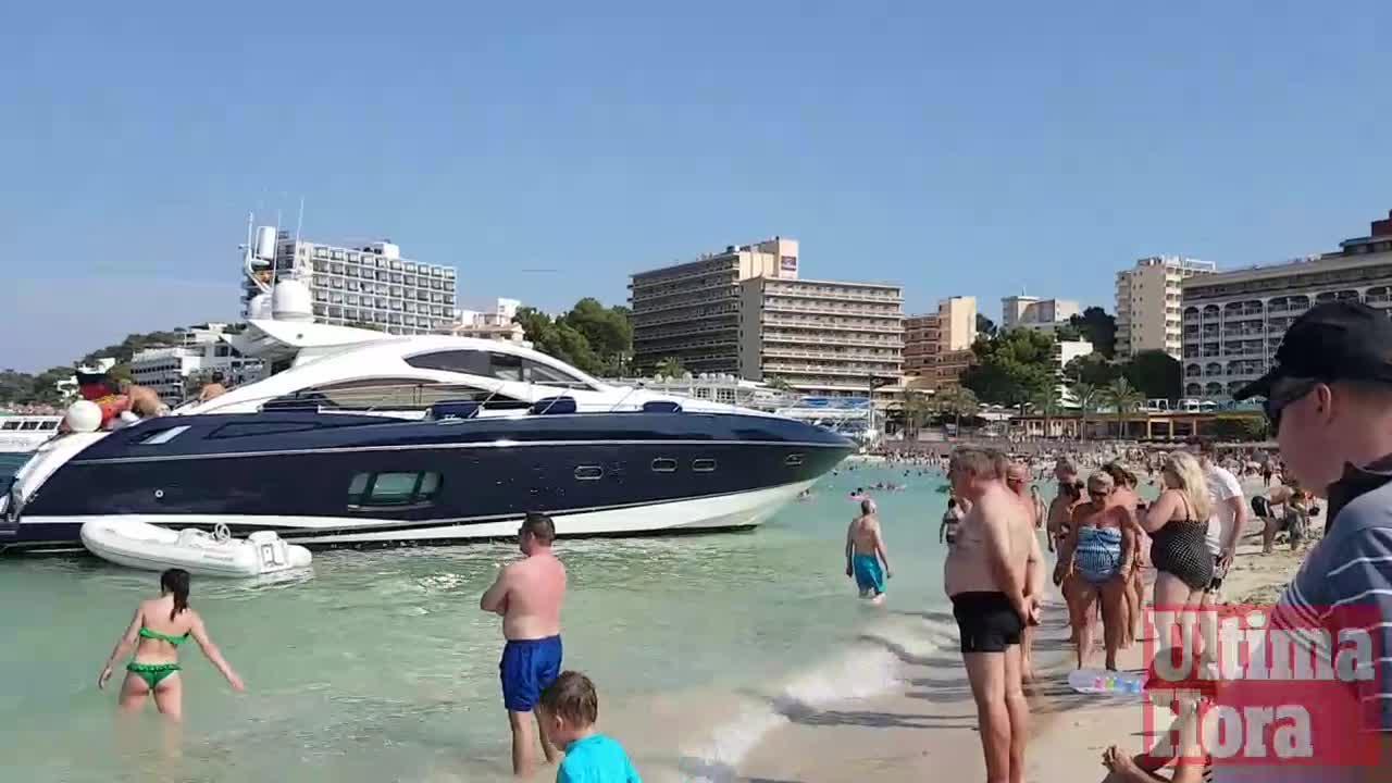 Una embarcación encalla en la playa de Son Matíes de Palmanova