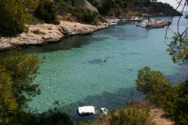 Un coche se precipita al mar en la playa de El Mago de Portals Vells