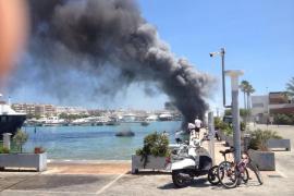 Dos heridos graves al explotar un barco en el puerto deportivo Marina Ibiza