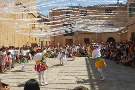 Los Cossiers danzan en honor a Sant Jaume en Algaida