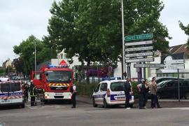 Dos hombres armados con cuchillos toman a varios rehenes en una iglesia en Francia