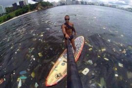 Expertos advierten a los deportistas que compitan «con la boca cerrada» porque nadarán entre «basura humana»