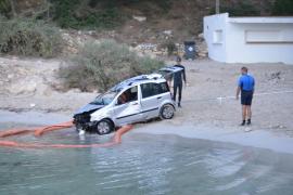 Una grúa retira el vehículo que cayó al mar junto a El Mago