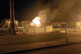Arde una sombrilla del chiringuito particular de Son Serra, que está a punto de abrir