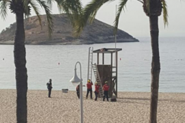 Rescatan a un turista ebrio del techo de la torre del socorrista en Magaluf