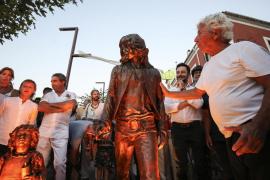 Inauguración de la primera estatua dedicada a los hippies