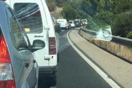 La avería de un autobús provoca retenciones en la carretera Palma-Andratx