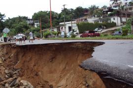 El derrumbe de una montaña provoca al menos siete muertos y cien desaparecidos