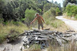 Vierten una tonelada de uralita junto al torrente de Almedrà