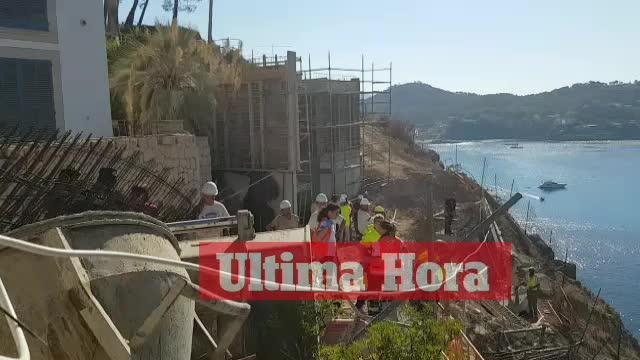 Un obrero logra saltar de una excavadora mientras esta caía al mar