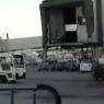 Un pasajero del aeropuerto de Barajas corre por la pista tras perder su avión