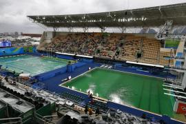 El color verde de las piscinas olímpicas de saltos y waterpolo asusta a los nadadores