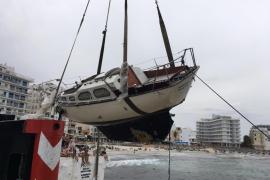 Retiran el velero que fue arrastrado por el viento contra las rocas en s'Illot