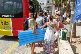 Medi Ambient propone buses lanzadera para cerrar los parkings alegales en la costa