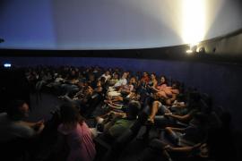 Unas 300 personas se congregaron en el Castell de Bellver para ver la lluvia de estrellas