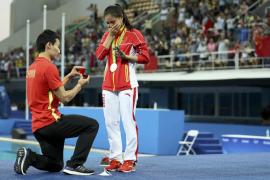 La saltadora He Zi acepta la petición de matrimonio de su novio tras ganar la plata