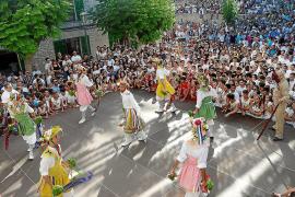 Los Cossiers bailan en honor a la Mare de Déu d'Agost