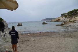 Cerrada hasta este miércoles la playa de Cala Blanca por un vertido de aguas fecales