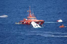 Rescatan a los diez ocupantes de un yate que se hundió junto a Cala Falcó